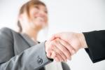 仲人と握手する会員